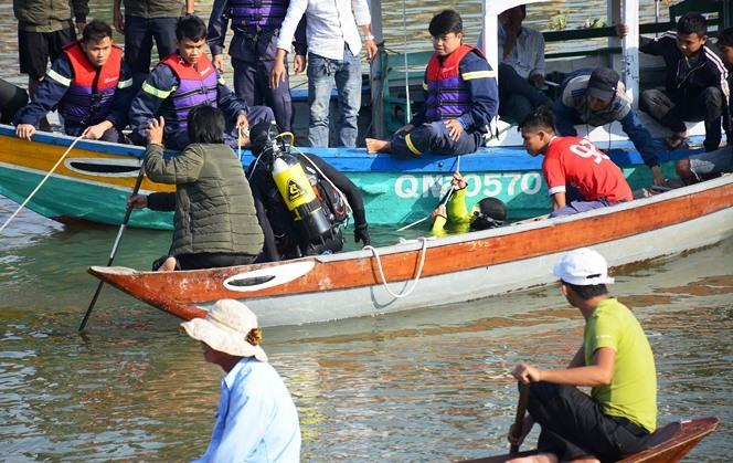 Vụ chồng lao ô tô chở vợ và 2 con xuống sông: Thắt lòng cảnh tìm kiếm thi thể các nạn nhân - Ảnh 6