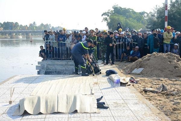 Vụ chồng lao ô tô chở vợ và 2 con xuống sông: Thắt lòng cảnh tìm kiếm thi thể các nạn nhân - Ảnh 8