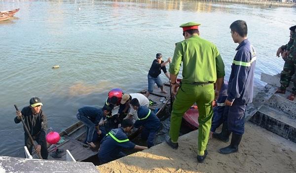 Vụ chồng lao ô tô chở vợ và 2 con xuống sông: Thắt lòng cảnh tìm kiếm thi thể các nạn nhân - Ảnh 7