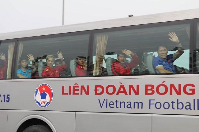 Bố mẹ cầu thủ Quang Hải, Huy Hùng, Duy Mạnh rạng rỡ tại sân bay - Ảnh 8