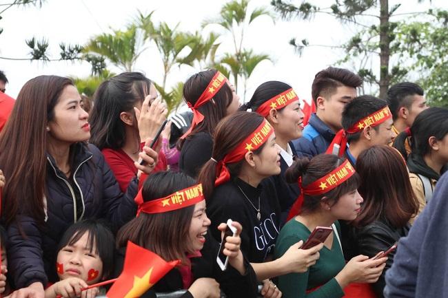 Bố mẹ cầu thủ Quang Hải, Huy Hùng, Duy Mạnh rạng rỡ tại sân bay - Ảnh 1