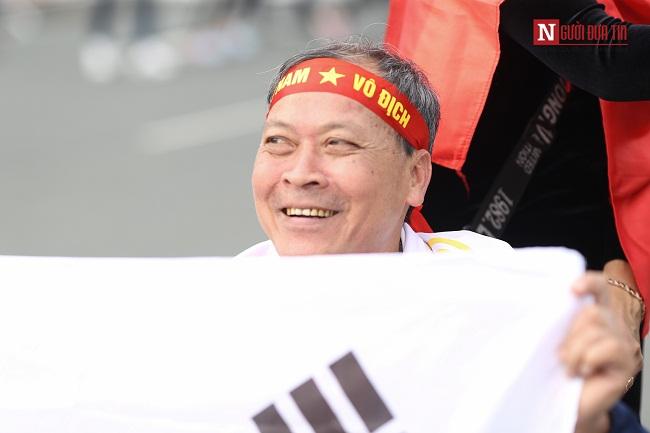 Bố mẹ cầu thủ Quang Hải, Huy Hùng, Duy Mạnh rạng rỡ tại sân bay - Ảnh 3