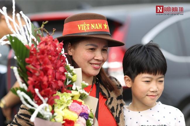 Bố mẹ cầu thủ Quang Hải, Huy Hùng, Duy Mạnh rạng rỡ tại sân bay - Ảnh 4