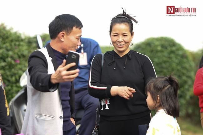 Bố mẹ cầu thủ Quang Hải, Huy Hùng, Duy Mạnh rạng rỡ tại sân bay - Ảnh 6