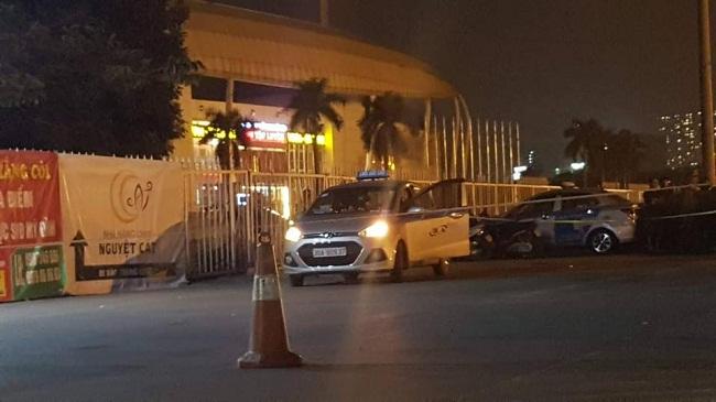 Hiện trường vụ nam tài xế taxi tử vong nghi bị cướp cứa cổ ngay trước SVĐ Mỹ Đình - Ảnh 2