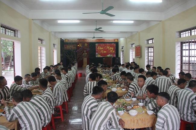 Ấm lòng bữa cơm tất niên đầy hương vị Tết của phạm nhân trong trại giam - Ảnh 1