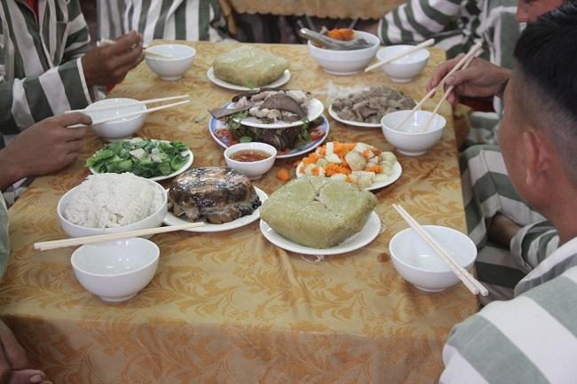 Ấm lòng bữa cơm tất niên đầy hương vị Tết của phạm nhân trong trại giam - Ảnh 3