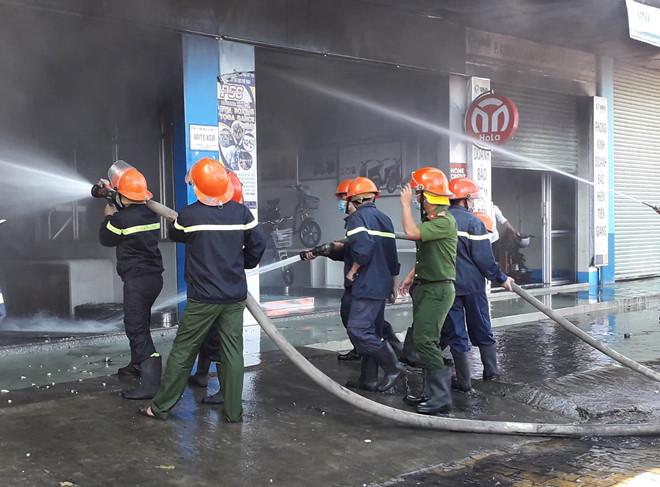 Tiền Giang: Cửa hàng xe máy bốc cháy dữ dội, thiêu rụi nhiều tài sản - Ảnh 3