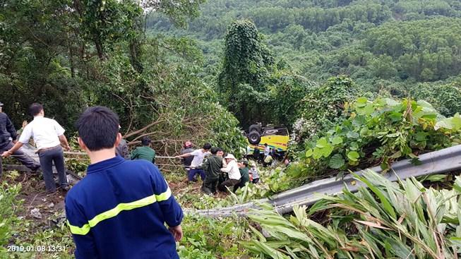 Hiện trường vụ xe khách chở 21 người lao xuống vực sâu ở đèo Hải Vân - Ảnh 1