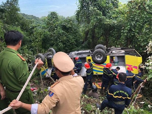 Hiện trường vụ xe khách chở 21 người lao xuống vực sâu ở đèo Hải Vân - Ảnh 3