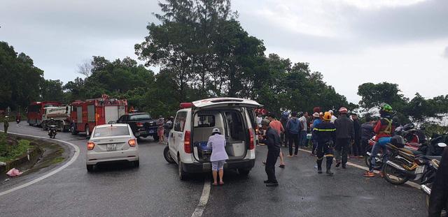 Hiện trường vụ xe khách chở 21 người lao xuống vực sâu ở đèo Hải Vân - Ảnh 4