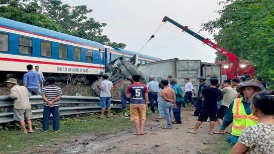 Tin tức tai nạn giao thông mới nhất hôm nay 1/10/2019: Xe container bị tàu hỏa tông gãy đôi - Ảnh 1