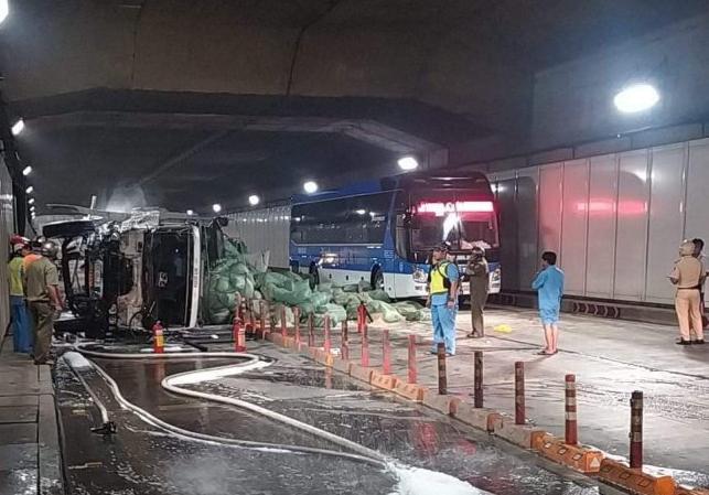 Tin tức tai nạn giao thông mới nhất hôm nay 1/10/2019: Xe container bị tàu hỏa tông gãy đôi - Ảnh 4