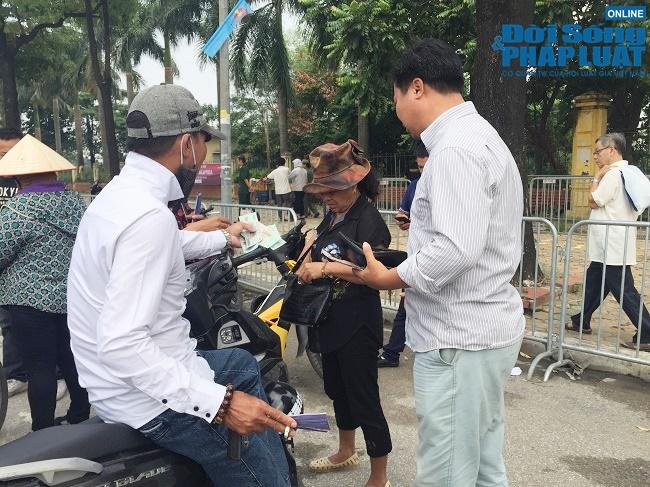 """Trước trận Việt Nam- Malaysia: Chợ đen vẫn tấp nập cò kè, vé dạng """"giấy mời"""" hét giá 3,5 triệu đồng/cặp - Ảnh 3"""