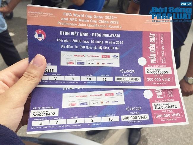 """Trước trận Việt Nam- Malaysia: Chợ đen vẫn tấp nập cò kè, vé dạng """"giấy mời"""" hét giá 3,5 triệu đồng/cặp - Ảnh 4"""