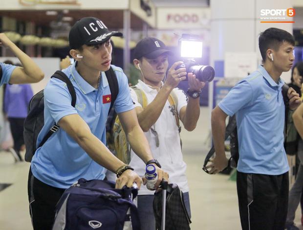Sau chiến thắng Malaysia, các tuyển thủ Việt Nam ngái ngủ tới sân bay chuẩn bị sang Indonesia - Ảnh 4