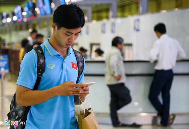 Sau chiến thắng Malaysia, các tuyển thủ Việt Nam ngái ngủ tới sân bay chuẩn bị sang Indonesia - Ảnh 2