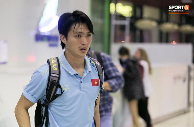 Sau chiến thắng Malaysia, các tuyển thủ Việt Nam ngái ngủ tới sân bay chuẩn bị sang Indonesia - Ảnh 5