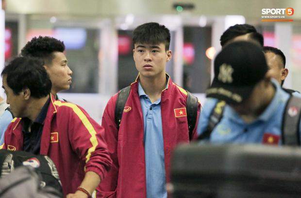 Sau chiến thắng Malaysia, các tuyển thủ Việt Nam ngái ngủ tới sân bay chuẩn bị sang Indonesia - Ảnh 6