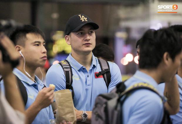 Sau chiến thắng Malaysia, các tuyển thủ Việt Nam ngái ngủ tới sân bay chuẩn bị sang Indonesia - Ảnh 7