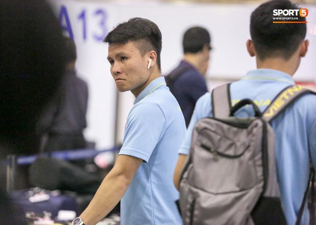 Sau chiến thắng Malaysia, các tuyển thủ Việt Nam ngái ngủ tới sân bay chuẩn bị sang Indonesia - Ảnh 8