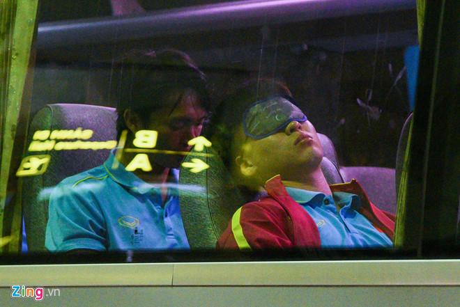Sau chiến thắng Malaysia, các tuyển thủ Việt Nam ngái ngủ tới sân bay chuẩn bị sang Indonesia - Ảnh 1