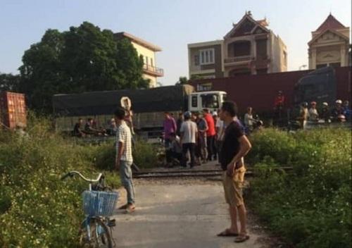 Tin tức tai nạn giao thông mới nhất hôm nay 12/10/2019: Băng qua đường ray, người đàn ông bị đâm tử vong - Ảnh 1