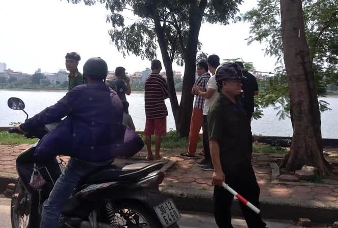 Hà Nội: Đi tập thể dục, người dân hoảng hồn phát hiện thi thể nam giới dưới hồ Linh Đàm - Ảnh 1