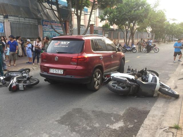 Hiện trường ô tô do người phụ nữ điều khiển t ông hàng loạt xe máy trước cổng trường. Ảnh: Dân Trí