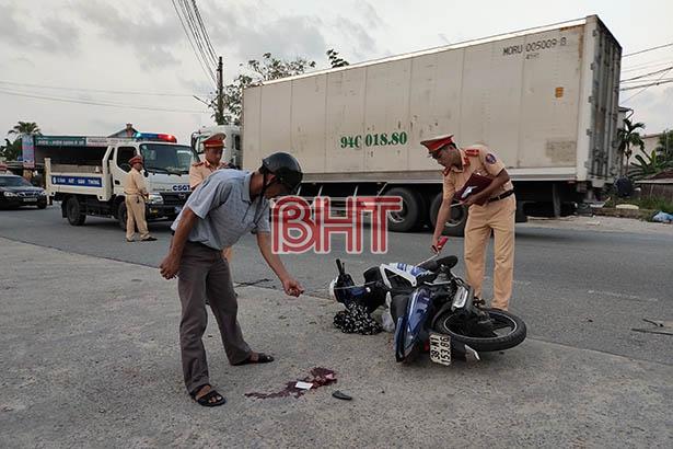 Tin tức tai nạn giao thông mới nhất hôm nay 18/10/2019: Lật xe chở gỗ, hai vợ chồng tử nạn - Ảnh 2