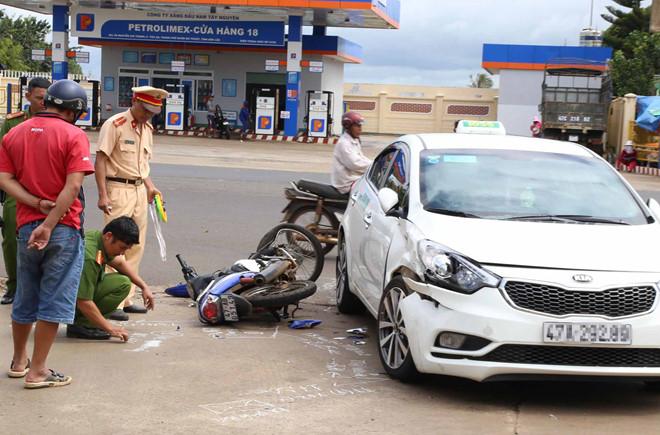 Tin tức tai nạn giao thông mới nhất hôm nay 19/10/2019: Va chạm xe bồn, 4 người gia đình thương vong - Ảnh 3