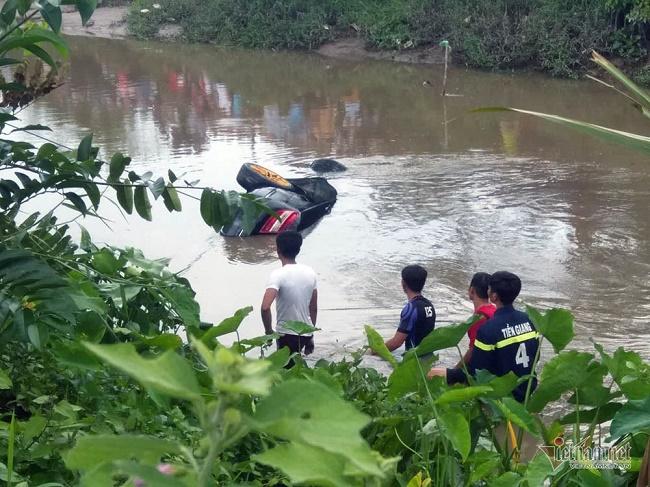Tiền Giang: Trục vớt xe Mercedes dưới dòng kênh, bàng hoàng phát hiện 3 thi thể bên trong - Ảnh 1
