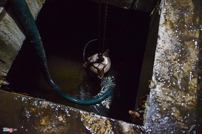 Thau rửa bể chứa khu chung cư: Phát  hiện nước đen kịt, bốc mùi khó chịu - Ảnh 2