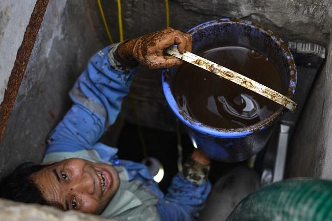 Thau rửa bể chứa khu chung cư: Phát  hiện nước đen kịt, bốc mùi khó chịu - Ảnh 5