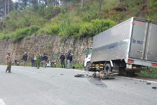 Tin tức tai nạn giao thông mới nhất hôm nay 22/10/2019: Xe máy tông ôtô, 2 học sinh tử vong tại chỗ - Ảnh 1