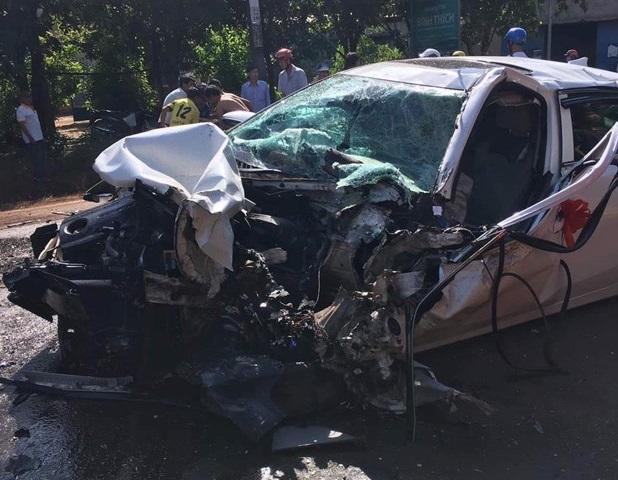 Bình Phước: Xe rước dâu tông trực diện xe tải, 2 người nguy kịch - Ảnh 1