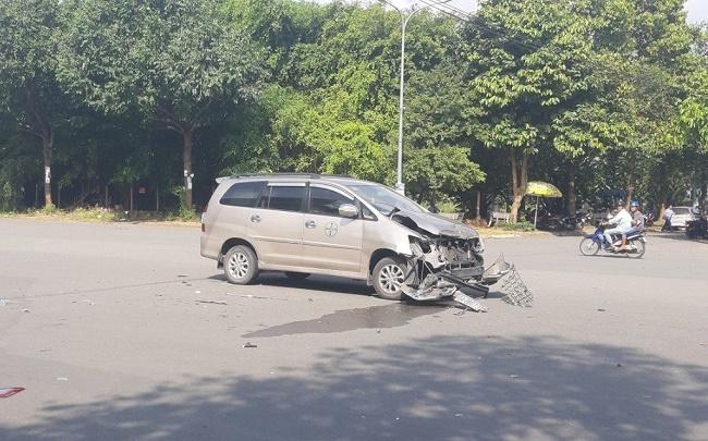Tin tức tai nạn giao thông mới nhất hôm nay 23/10/2019: Tông xe đầu kéo, cả gia đình thương vong - Ảnh 4