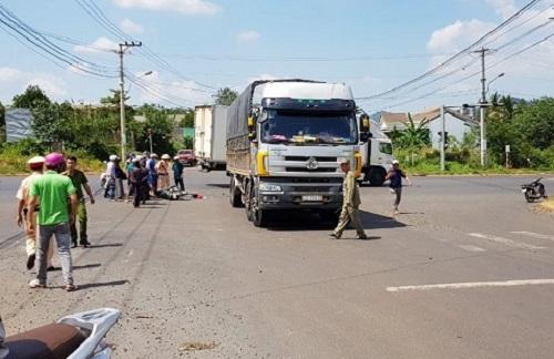 Tin tức tai nạn giao thông mới nhất hôm nay 24/10/2019: Xe máy tông xe tải, 2 học sinh thương vong - Ảnh 1