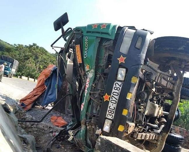 Nghệ An: Xe tải mất lái lật ngang giữa đường, tài xế tử vong trong cabin - Ảnh 1