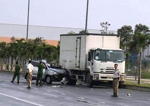 Tin tức tai nạn giao thông mới nhất hôm nay 26/10/2019: Húc đuôi xe tải, tài xế ô tô tử vong tại chỗ - Ảnh 1