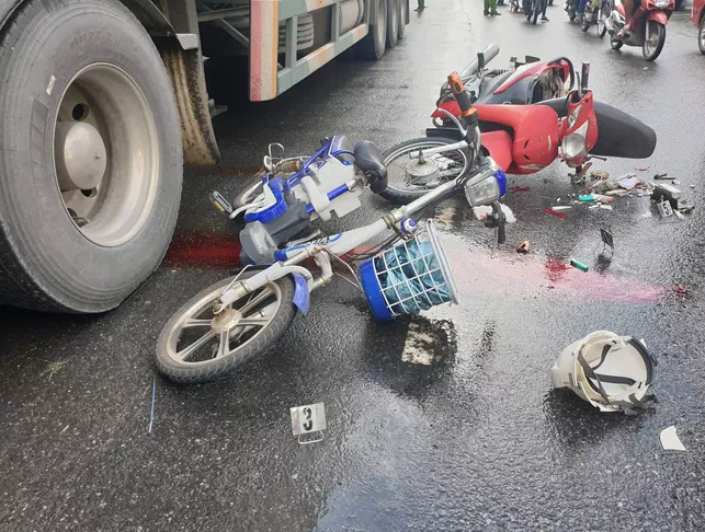 Tin tức tai nạn giao thông mới nhất hôm nay 27/10/2019: Xe tải húc văng 7 xe máy, 11 người bị thương - Ảnh 2