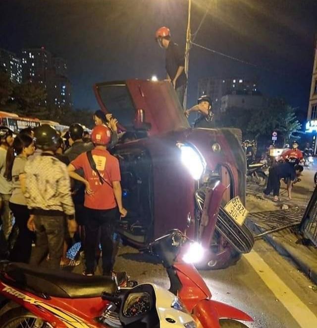 Tin tức tai nạn giao thông mới nhất hôm nay 28/10/2019: Ôtô Ford tông dải phân cách lật nhào - Ảnh 1