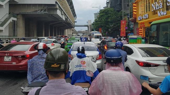 Hà Nội đón mưa dông vào giờ cao điểm, người dân di chuyển khó khăn vì tắc đường - Ảnh 4