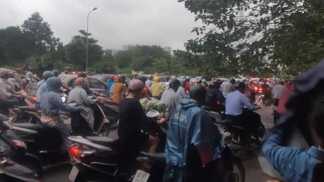 Hà Nội đón mưa dông vào giờ cao điểm, người dân di chuyển khó khăn vì tắc đường - Ảnh 5