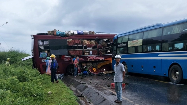 Tin tức tai nạn giao thông mới nhất hôm nay 4/10/2019: Cháy xe khách, hàng chục người may mắn thoát nạn - Ảnh 2