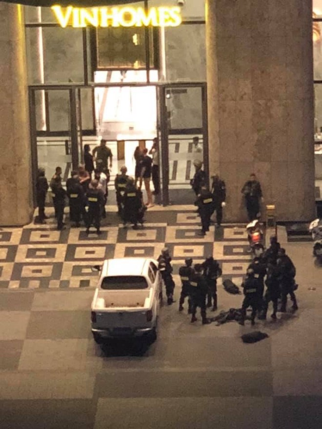 TP.HCM: Khống chế nam thanh niên chém người bị thương trong tòa Landmark 81 tầng - Ảnh 1