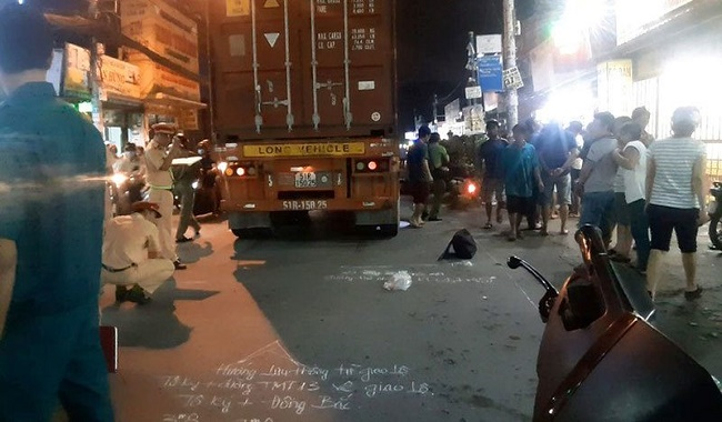 TP.HCM: Va chạm xe máy, hai cháu bé bất ngờ bị container chèn trúng thương vong - Ảnh 1