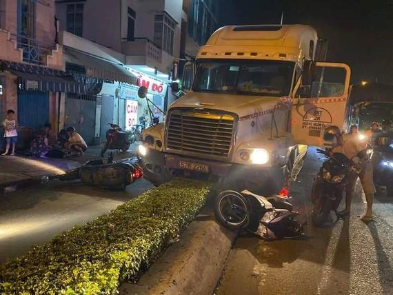 Vụ container tông xe máy 2 người thương vong: Khởi tố, bắt tạm giam tài xế - Ảnh 1