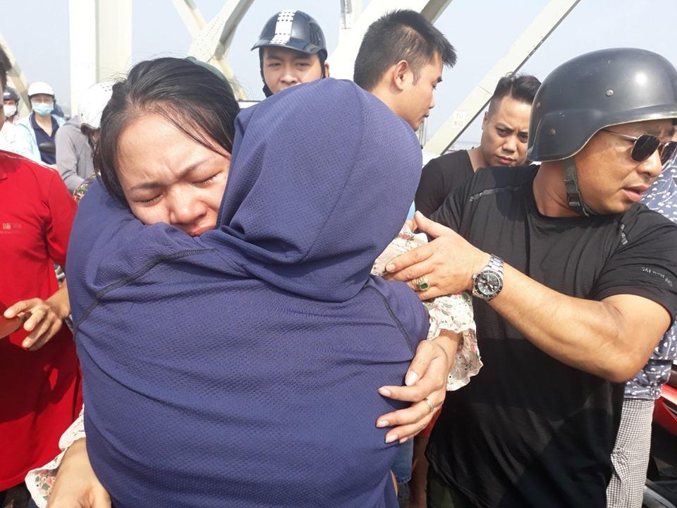 Hà Nội: CSGT kịp thời cứu người phụ nữ định tự tử trên cầu Chương Dương - Ảnh 2