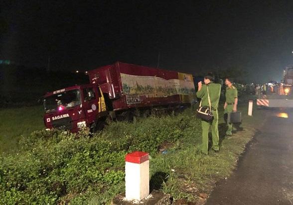 Thanh Hóa: Container tông xe máy làm 2 người thương vong lúc rạng sáng - Ảnh 1